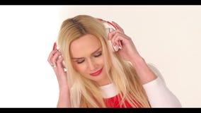 Blisful młoda kobieta słucha muzyka zbiory