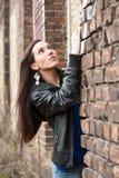 Blisko ściana z cegieł ładna dziewczyna Obrazy Royalty Free