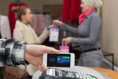 Blisko Śródpolnej komunikaci - Obsługuje uzupełniać mobilnego Płatniczego kobieta zakupy Obraz Stock