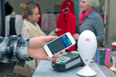 Blisko Śródpolnej komunikaci - Obsługuje uzupełniać mobilnego Płatniczego kobieta zakupy Zdjęcie Stock