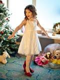blisko chLittle dziewczyny próbuje matka buty Zdjęcia Stock