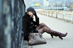 blisko drogowego pobocza piękna dziewczyna siedzi Zdjęcia Stock