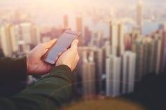 Blisko męski kierownik ogląda wold wiadomość o-nline przez komórka telefonu podczas pracy przerwy Obraz Stock