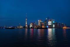 blisko noc Shanghai drapacz chmur wody Obrazy Royalty Free