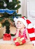 blisko nowego drzewnego rok prezent dziewczyna Obraz Stock