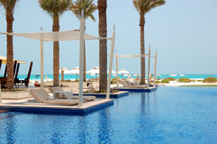 Blisko pływacki basen wyrzucać na brzeg przy luksusowym hotelem zdjęcia royalty free
