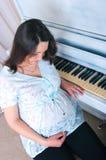 Blisko pianina kobieta w ciąży obrazy stock