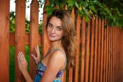 blisko pozyci piękna płotowa dziewczyna zdjęcie royalty free