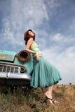 blisko starego samochodowa dziewczyna Fotografia Royalty Free