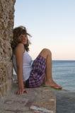 blisko starej ściany kędzierzawa dziewczyna Zdjęcie Royalty Free