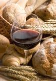 blisko szereg szklane chleb, wino Zdjęcie Stock