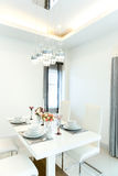 blisko sztućce bang szkła okrągłego stołu w pokoju Fotografia Stock