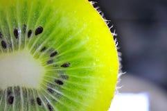 blisko tła owoce kiwi wolny biały się nad Obraz Stock