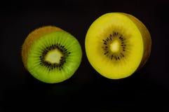 blisko tła owoce kiwi wolny biały się nad Zdjęcia Stock