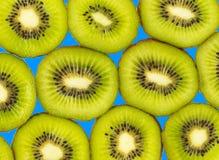 blisko tła owoce kiwi wolny biały się nad Plasterek świeża kiwi owoc odizolowywająca Obraz Stock