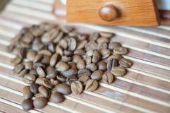 blisko tła ziarna kawy odosobnioną zdjęcie w bieli Obraz Royalty Free