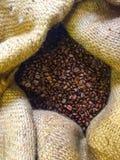 blisko tła ziarna kawy odosobnioną zdjęcie w bieli Obrazy Stock