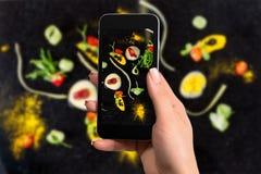 Blisko wręcza mienie telefon komórkowego z fotografii kamery trybem na parawanowej abstrakcjonistycznej gastronomy awangardzie wi fotografia royalty free