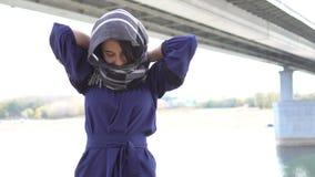 Bliskowschodni dziewczyny kładzenie na swój hijab zbiory wideo