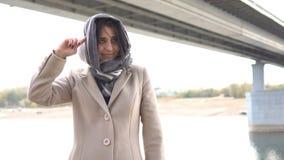 Bliskowschodnia dziewczyna przekręca jego palec przy jej świątynią zdjęcie wideo