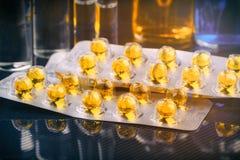 Blisterpackungen mit Pillen auf glatter dunkler Oberfläche und Hintergrund mit ampouls und Flaschen getont Lizenzfreie Stockfotografie