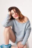 Blithe uśmiechnięta śliczna kobieta w pulowerze i pantie Obrazy Royalty Free