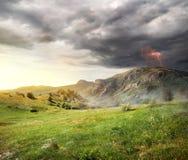 Blitz über Bergen Lizenzfreie Stockfotos