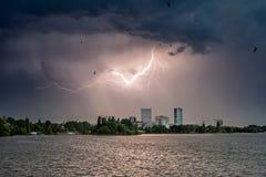Blitz über Bukarest-Stadt während der Tageszeit in der Sommerzeit Lizenzfreie Stockfotografie