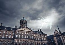 Blitz über dem alten Gebäude Lizenzfreie Stockfotografie
