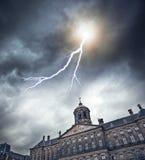 Blitz über dem alten Gebäude Lizenzfreie Stockfotos