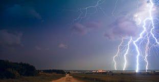 Blitz über dem Feld Stockfoto