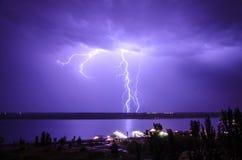 Blitz über dem Fluss Stockfoto