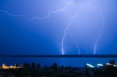 Blitz über dem Fluss Lizenzfreies Stockbild