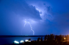 Blitz über dem Fluss Lizenzfreie Stockfotografie