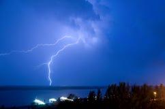 Blitz über dem Fluss Lizenzfreie Stockbilder
