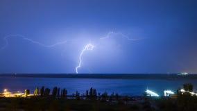 Blitz über dem Fluss Stockfotos