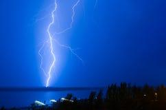 Blitz über dem Fluss Stockbild