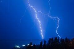 Blitz über dem Fluss Stockbilder