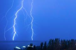 Blitz über dem Fluss Lizenzfreies Stockfoto