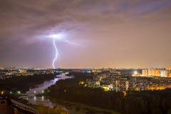 Blitz über dem Fluss Pekhorka Stockfotografie