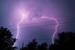 Blitz über dem Haus und dunkler stürmischer Himmel auf dem Hintergrund Stockbild
