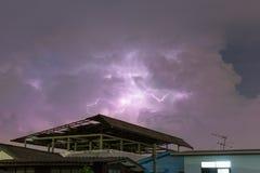 Blitz über dem Haus und dunkler stürmischer Himmel auf dem Hintergrund Stockfoto