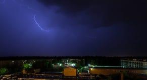 Blitz über dem Himmel in der Stadt Stockbild