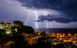 Blitz über dem Meer Lizenzfreie Stockbilder