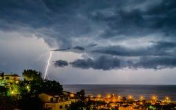 Blitz über dem Meer Stockfotografie