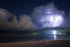 Blitz über dem Meer Stockfotos