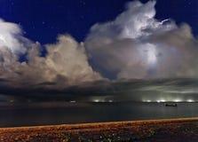 Blitz über dem Meer thailand Lizenzfreie Stockfotos