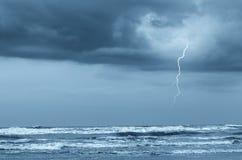 Blitz über dem Ozean Stockbilder