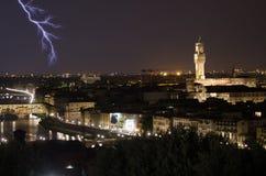 Blitz über dem Ponte Vecchio in Florenz Stockbilder