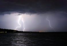 Blitz über dem See Stockfotos